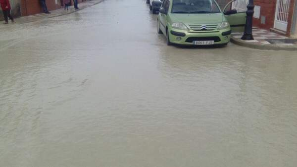 Calle anegada por el desbordamiento del arroyo Encantado
