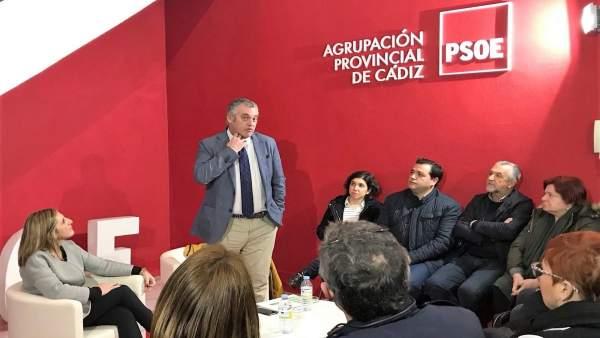 El consejero de Empleo en la sede del PSOE de Cádiz