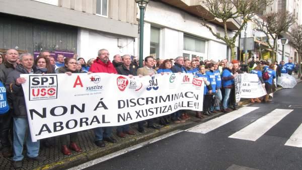 Trabajadores de la justicia protestan ante el Parlamento de Galicia