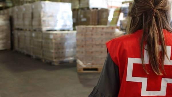 Cruz Roja prepara los alimentos para repartir