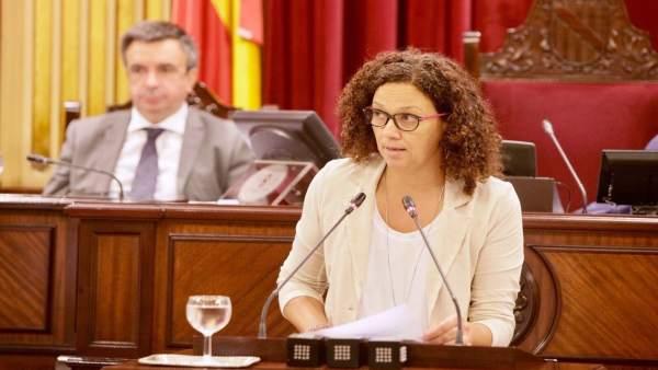 Catalina Cladera en el pleno del Parlament