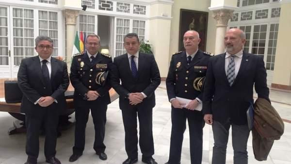 Antonio Sanz, en el centro,antes de informar sobre la nueva comisaría en Sevilla