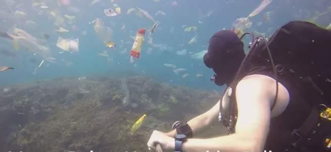 Un buceador británico nada rodeado de plásticos en Bali