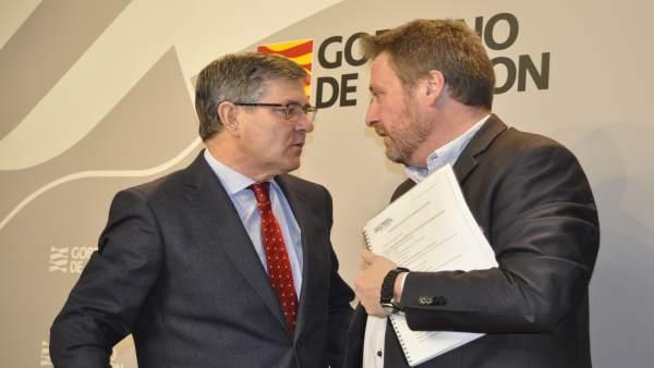 Los consejeros de Presidencia, Vicente Guillén, y Vivienda, José Luis Soro.