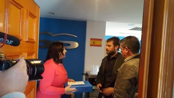 Gerard Fullana y Lluís Pastor, en la sede del PP en Alicante