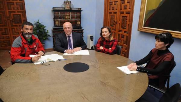 Antonio Ruiz firma el convenio con BUSF
