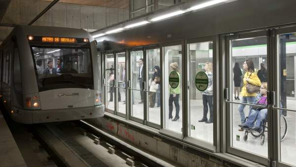 El Metro de Sevilla circulando por una de sus estaciones