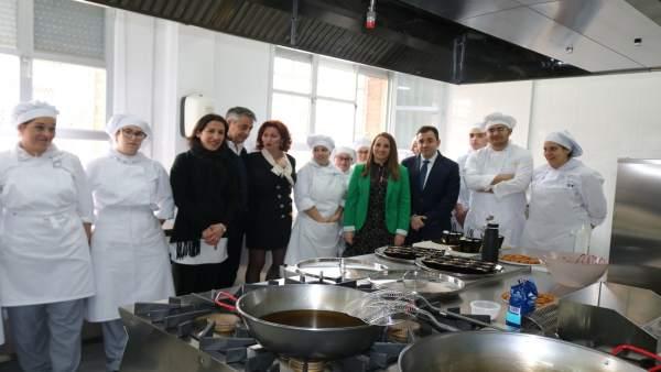 Ruiz (centro) en la visita al IES de Hinojosa