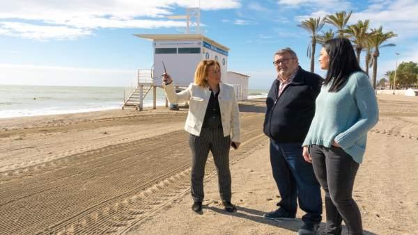 La diputada del PSOE de Almería Sonia Ferrer visita una playa en Roquetas