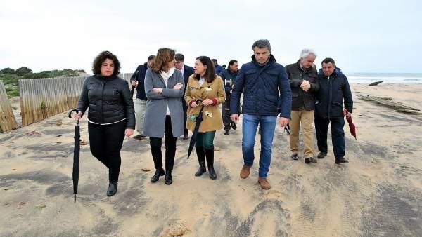 La alcaldesa de San Fernando visita la playa de Camposoto
