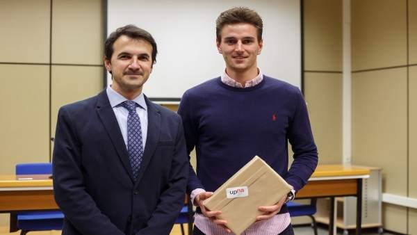 El jurado Enrique Armendáriz y el ganador de la fase local, Markus Mottinger.