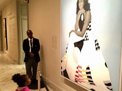 Niña ante el retrato de Michelle Obama