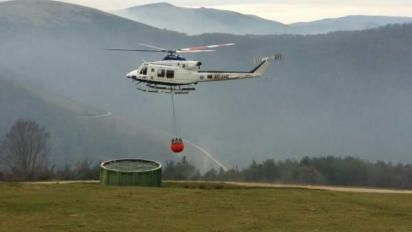 Helicópetero en Bárcena Mayor en extinción de incendios forestales