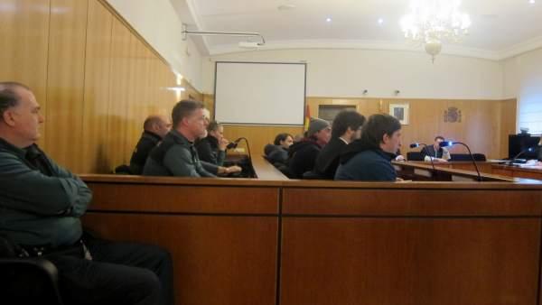 El banquillo con los acusados y sus letrados.