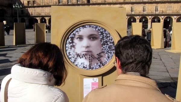 Dos Salmantinos Observan Uno De Los Medallones.