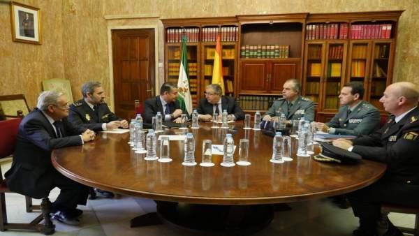 Zoido durante la reunión con los mandos policiales en Almería