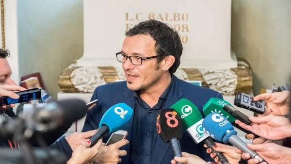 José María González, alcalde de Cádiz, atendiendo a los medios