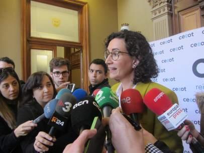 La secretaria general de ERC, Marta Rovira, atendiendo a los medios.
