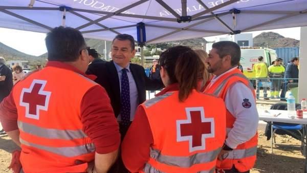 Sanz dialoga con efectivos de Protección Civil y Cruz Roja