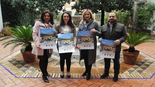 Gómez (segunda por la dcha.) presenta la II Feria de la Patata Rellena