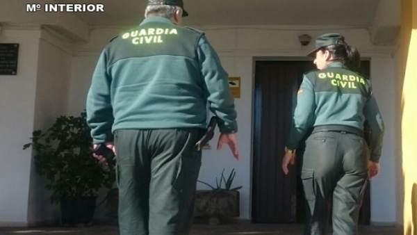 La Guardia Civil accede a una casa para auxiliar a un anciano en Lepe