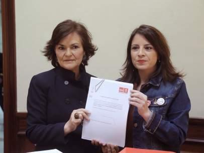 Carmen Calvo, secretaria de Igualdad del PSOE, y Adriana Lastra, vicesecretaria general, este miércoles en el Congreso de los Diputados.