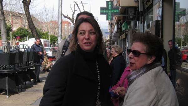 Isabel Ambrosio con una vecina