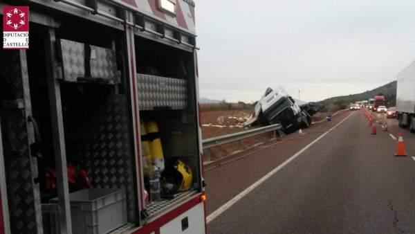 Un camió de mercaderies perilloses bolca a l'N340 a Santa Magdalena i vessa la càrrega d'un bidó