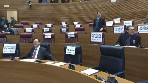 Escaños vacíos de diputadas en Les Corts