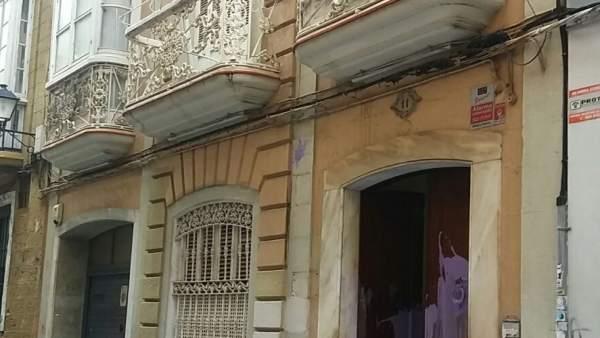 La fachada de la sede del PP de Cádiz con pintadas