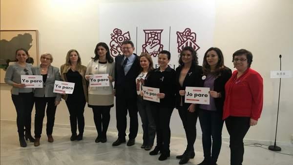 Puig con las diputadas socialistas, que han dejado sus escaños vacíos