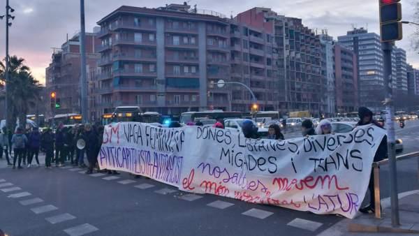 Manifestantes del 8M cortan el tráfico en la avenida Meridiana