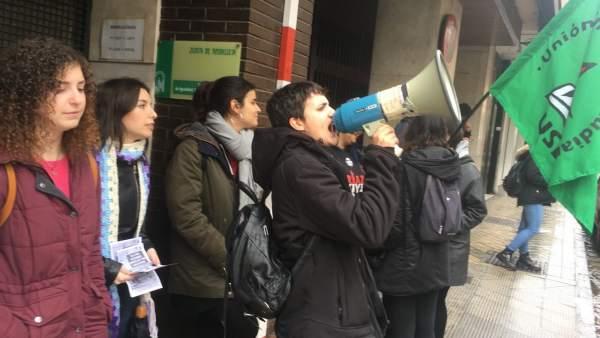 Estudiantes se concentran con motivo del 8M