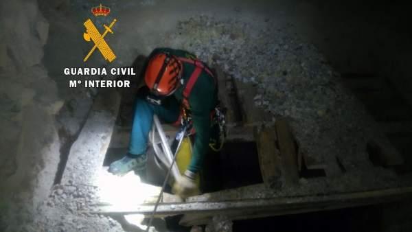 Guardia Civil en el interior de una mina
