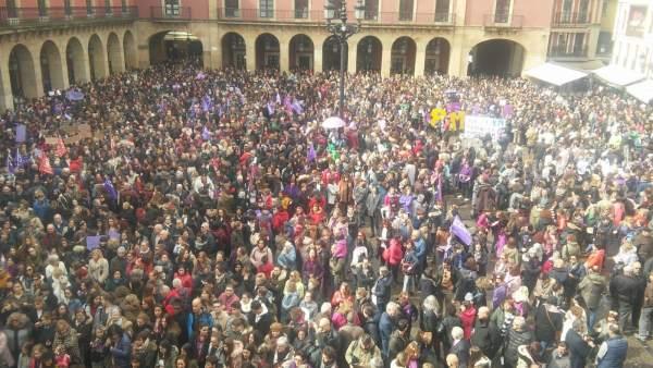 Concentración feminista en la plaza del Ayuntamiento de Gijón
