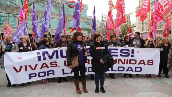 Pura Huerta y Elena Pérez en una concentración del 8M este jueves.