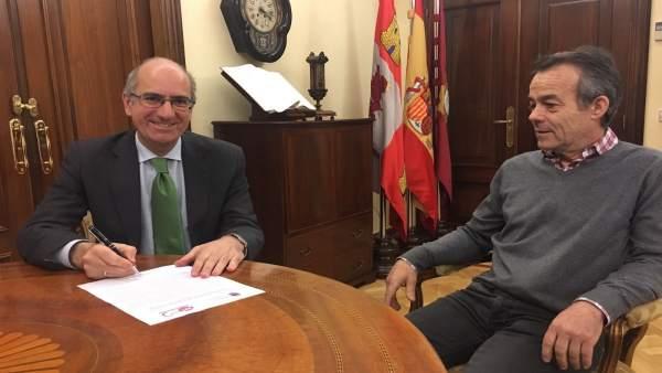 Iglesias (I) con el representante de UGT (D)