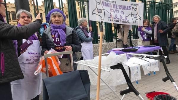 """Un centenar de dones porten graneres i davantals al centre de València per a escenificar el seu """"treball invisible"""""""