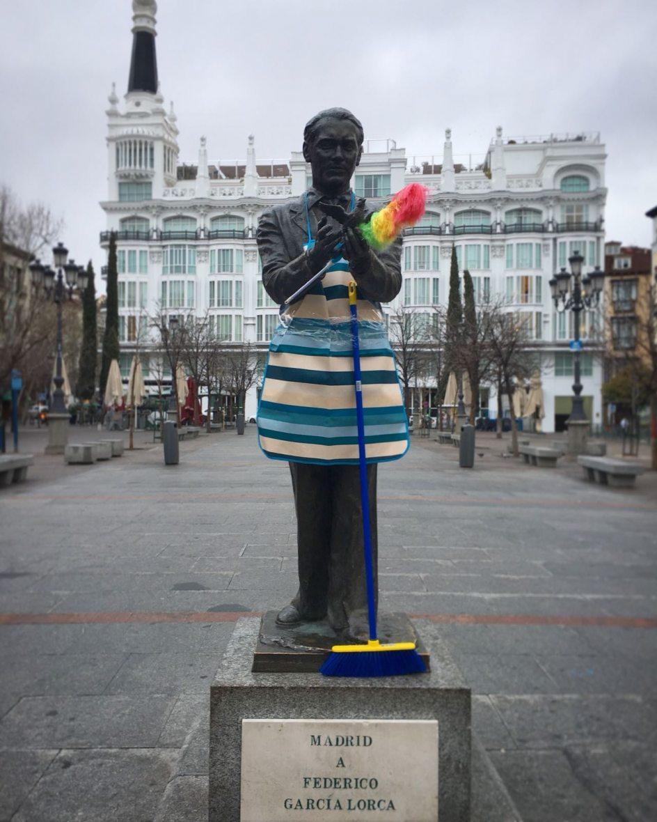 Lorca también 'limpia' durante el 8-M. La estatua de Federico García Lorca, situada en la plaza de Santa Ana de Madrid, también ha sido decora con un delantal, un plumero y una escoba, con motivo de la huelga feminista del 8 de marzo.