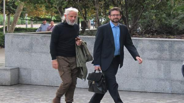 Benavent (izq) junto a su abogado (dcha)