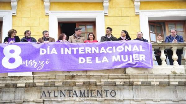 Pancarta del 8M en el Ayuntamiento de Teruel