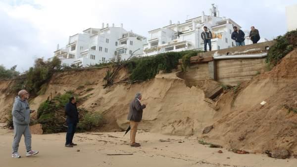 Visita del alcalde de Cartaya a la playa afectada por el temporal.