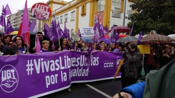 Responsables sindicales en la movilización frente al Palacio de la Merced