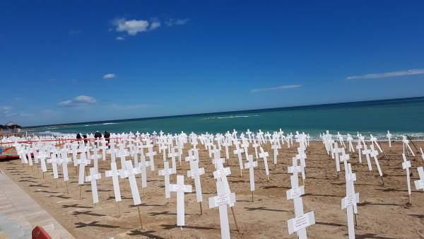 Una platja de Vinaròs es converteix en un simulat cementeri per les 739 víctimes de violència de gènere des de 2007