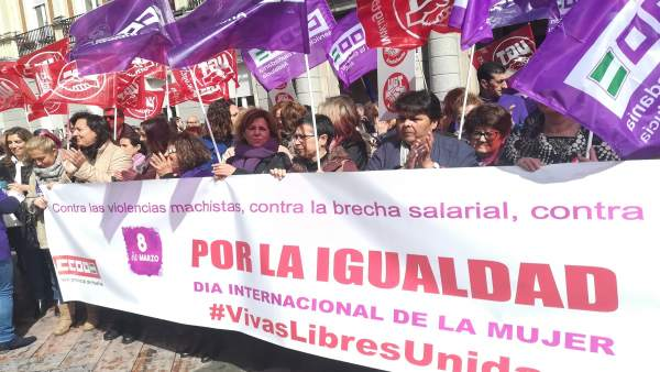 Acto por el 8M en las puertas del Ayuntamiento de Huelva.