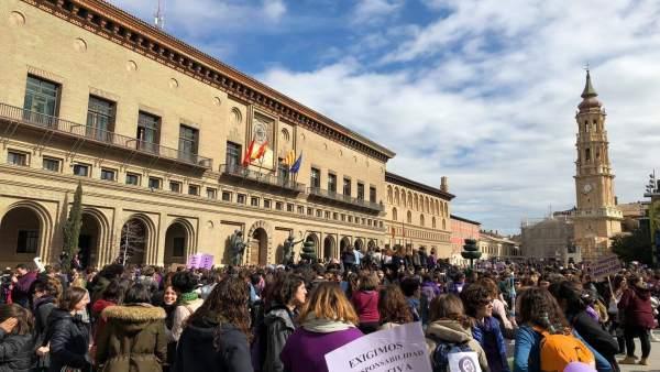 Concentración estudiantil del 8M ante el Ayuntamiento de Zaragoza