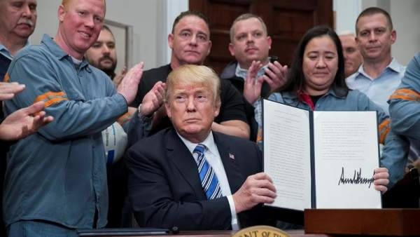 Donald Trump firma los aranceles al acero y al aluminio