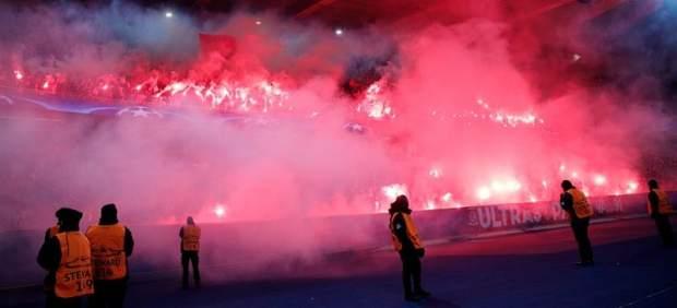 Aficionados del PSG con Bengalas en París