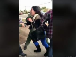 Un video muestra la dramática detención de una madre frente a sus hijas