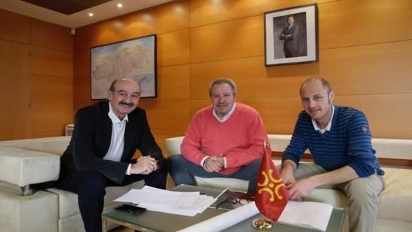 Mazón con el alcalde de Anievas